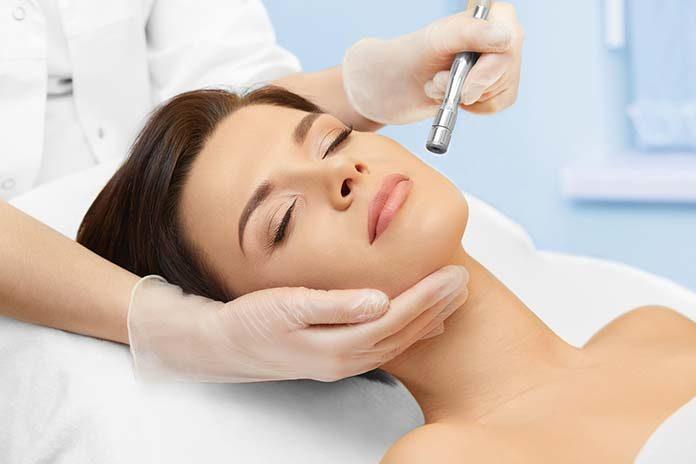 Złuszczenie naskórka jako podstawa leczenia trądziku. Jakie peelingi są dostępne na rynku?