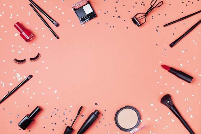 Impreza w stylu lat 90. – jak wykonać makijaż