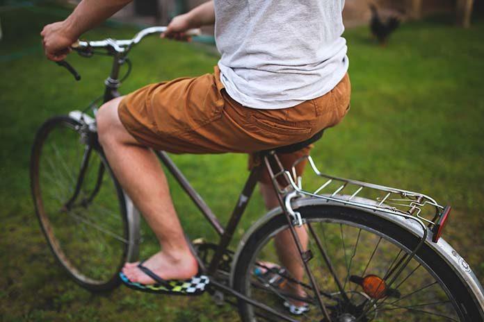 Jak ubrać się podczas upałów, czyli męskie spodenki na lato